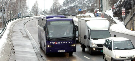 Syklet i kollektivfelt med kø av biler og busser bak seg, men nekter boten. Nå blir det rettssak