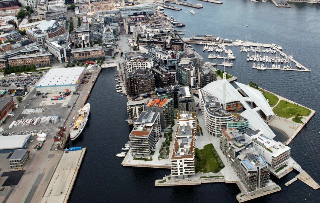 Til venstre for Tjuvholmen ligger Filipstadkaia og Skur 13 der Oslo Havn vil bygge den midlertidige Trettenparken. I forslaget skriver Oslo Havn også at parken bør bli stående til utbyggingen av Filipstad får klarsignal. Foto: Torstein Bøe / NTB scanpix