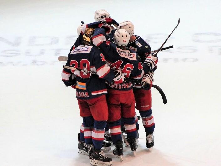 """Det har vært mye å juble for i Vålerenga så langt denne sesongen. Men fortsatt gjenstår åtte kamper i grunnspillet. Og så kommer kampene om å få """"Bøtta"""" hjem til Oslos østkant. Der den hører hjemm, mener Daniel Sørvik. Foto: André Kjernsli"""