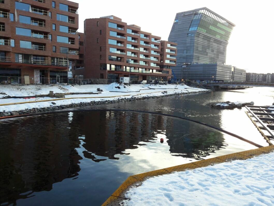 Oslo brann- og redningsetat har lagt ut lenser ved Akerselvas munning i Bispevika. Foto: Anders Høilund