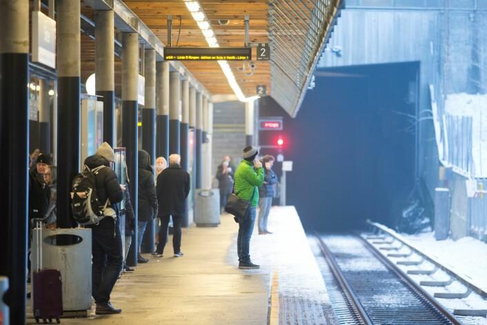 Reisende venter på T-banen på Sinsen stasjon. Foto: Håkon Mosvold Larsen / NTB scanpix