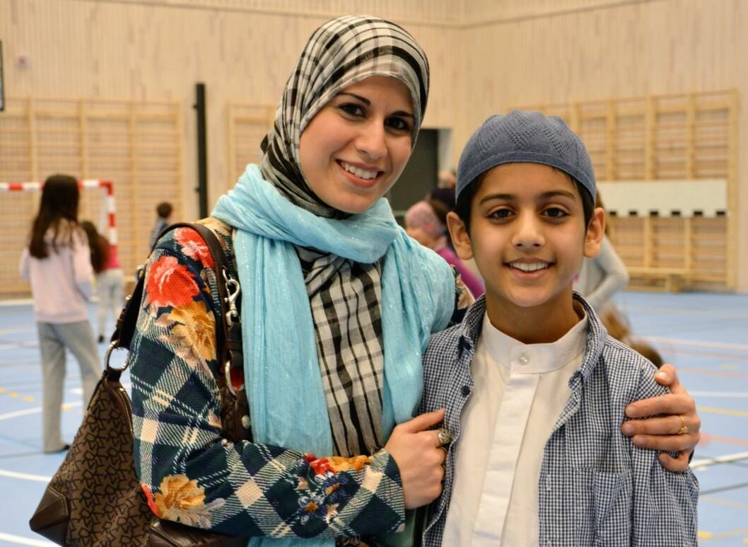 Elevrådsleder for 1.-7. trinn Zakaria Hussain og mamma Bushra Hussain. Elevrådet har lenge ønsket og jobbet for en ny flerbrukshall, nå er dagen her. Foto: Karoline Lindsay