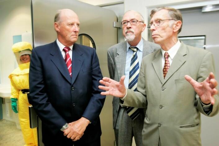 Som sjeflege ved Ullevål sykehus var Rolf Kåresen i mange år en av helse-Norges mektigste. Her viser han og leder for infeksjonsmedisinsk avdeling, Oddbjørn Brubakk, Kong Harald rund på sykehuset i 2006. Foto: Heiko Junge / NTB scanpix