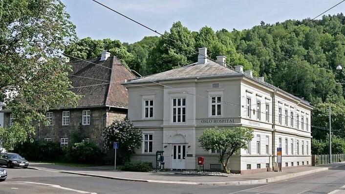 Oslo hospital i Gamlebyen. Til venstre Gråsteinsbygningen, oppført 1737-39. Til høyre Damehjemmet, oppført 1888. Foto: Mahlum / Wikimedia Commons