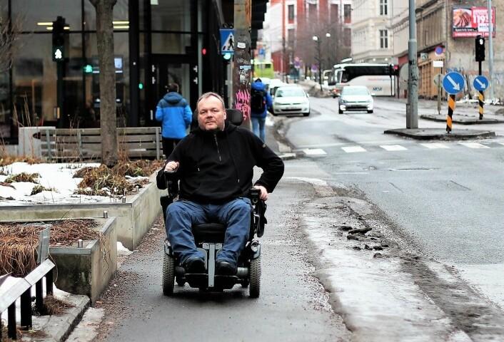 � Når det er bart kan jeg fint parkere på vanlige plasser. Men snø gjør at rullestolen setter seg fast, sier Ørjan Andersen Grut. Foto: André Kjernsli