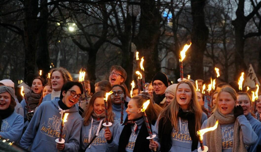 Elever ved Oslo Katedralskole gikk i fakkeltog til Karl Johan for å reklamere for sin teateroppsetning av Agatha Christies Musefella. Foto: Christine Evjen