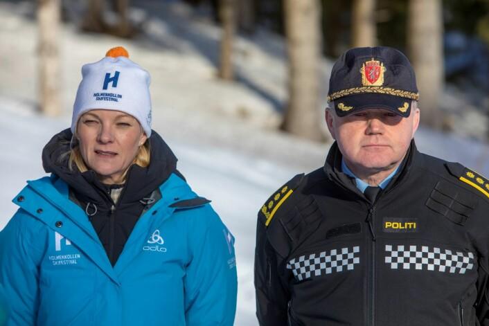 – Det skal være trygt, sikkert og hyggelig å være på skirenn i Holmenkollen, sier leder for Holmenkollen Skifestival, Kristin Vestgren Sæterøy, flankert av Roy B. Evensen