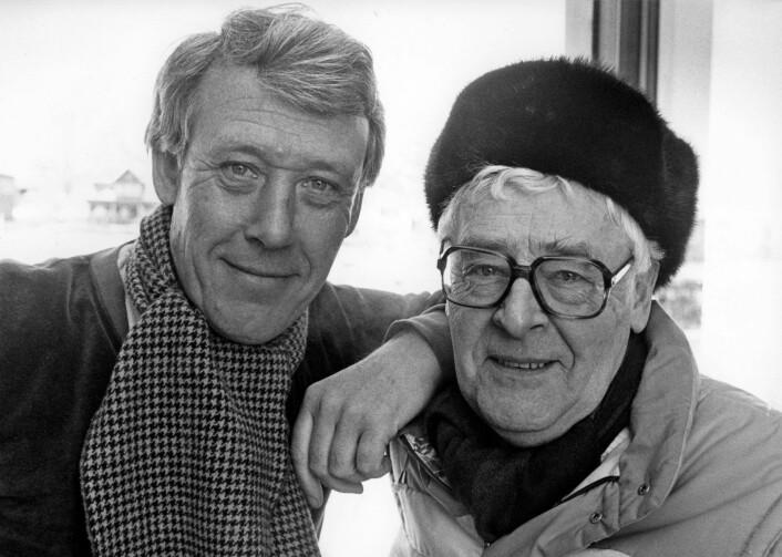NRKs legendariske skøytekommentatorer Knut Bjørnsen (til v.) og Per Jorsett avbildet under VM på skøyter på Hamar i 1985. Foto: Henrik Laurvik / NTB / scanpix