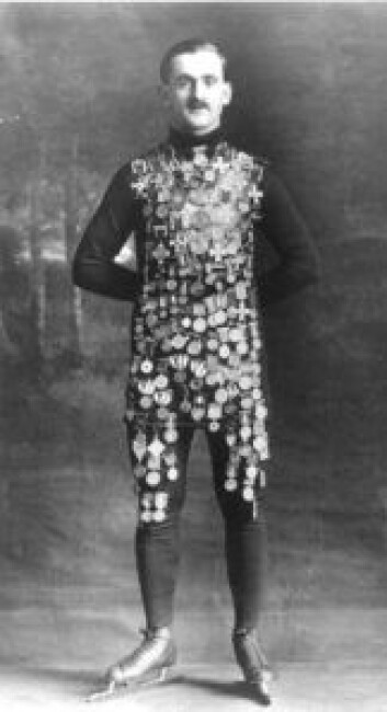 Den norske skøytekongen Oscar Mathisen prydet med alle medaljene. NTB arkivfoto / SCANPIX