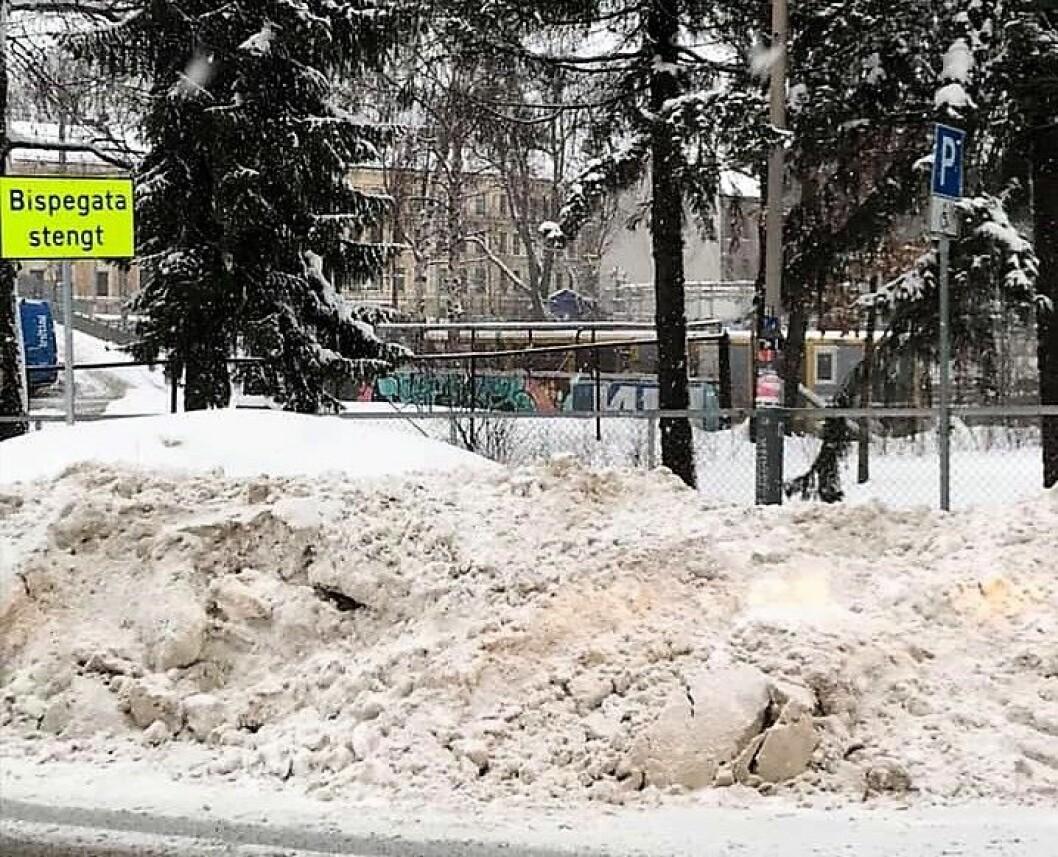 Til høyre i bildet, bak snøhaugen, sees skiltet som markerer at parkeringen er ment for bevegelseshemmede. Foto: Lisbeth Irene Nordli