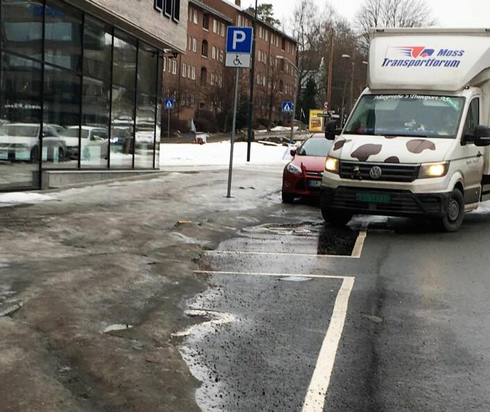 Snøen som ble dumpet på handikapp-parkeringen i Hovfaret på Skøyen er i ferd med å smelte. Men tirsdag 19. feburar var det fortsatt ikke ryddet. Foto: Magnhild Sørbotten