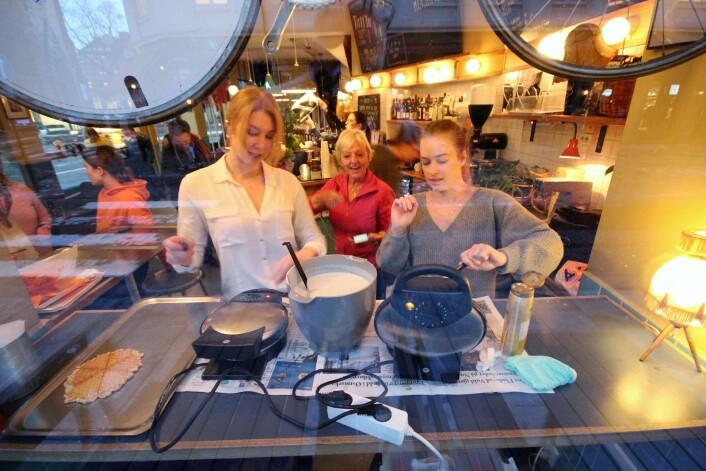 June og Camilla steker vafler mens vaffelbestemor Liv Marie passer på, Foto: André Kjernsli