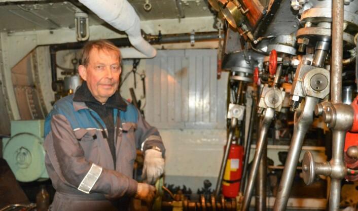 Maskinist Pål Gulbrandsen er svært fornøyd med igjen å ha fyr på DS Børøysunds dampkjele. Foto: Christian Boger