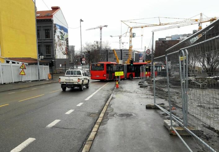 Dette er skoleveien for barna på Gamlebyen skole. En maskinoppstillingsplass vil gjøre veien enda mer uoversiktlig, mener beboerforeningen i Gamlebyen. Foto: Anders Høilund