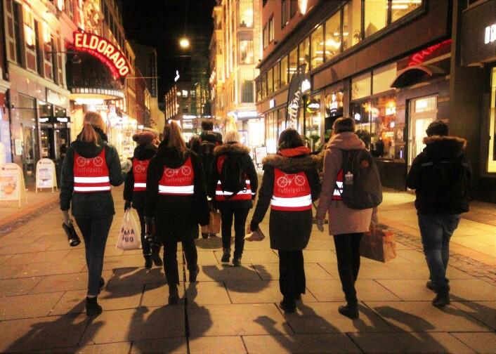 På vei bortover Torggata på leting etter vaffelsultne og trengende mennesker. Foto: André Kjernsli