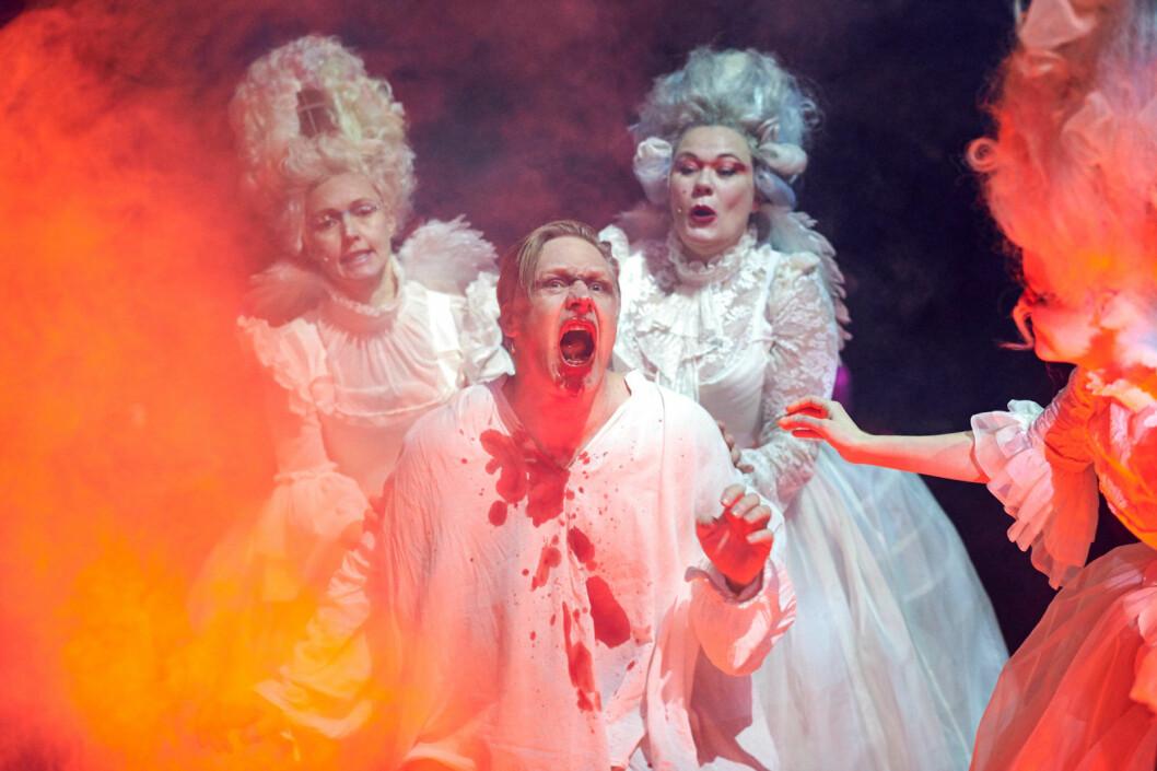 """Mads Ousdal i rollen som Faust. Eller bare som """"Mannen"""". Foto: Øyvind Eide / Nationaltheateret"""
