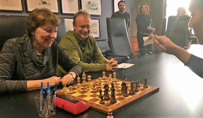 Oslos ordfører Marianne Borgen (SV) og byrådsleder Raymond Johansen (Ap) avbildet i Rådhuset da Oslo ville ha sjakk-VM i 2017. Foto: Geir Rognlien Elgvin