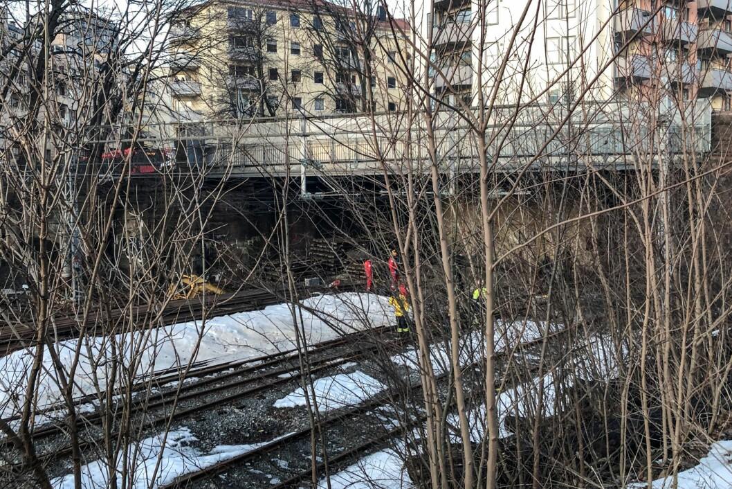 En tenåring er død, mens to andre tenåringer er kritisk skadd etter at de gikk inn i en togtunnel i Oslo og kom i kontakt med strømførende materiell. Foto: NTB scanpix