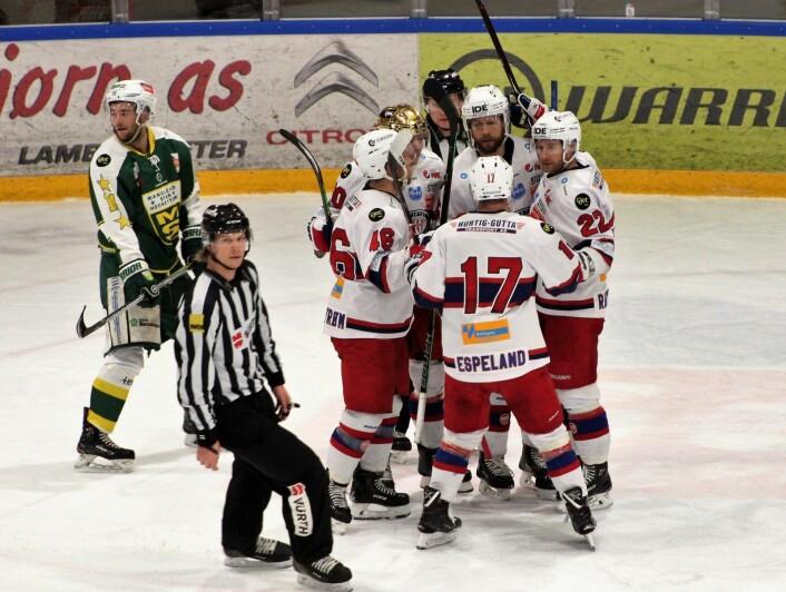 VIF scoret to ganger i overtall i første periode. Her juble Vålerenga-spillerne etter Kalle Ekelunds 2-0. Foto: André Kjernsli