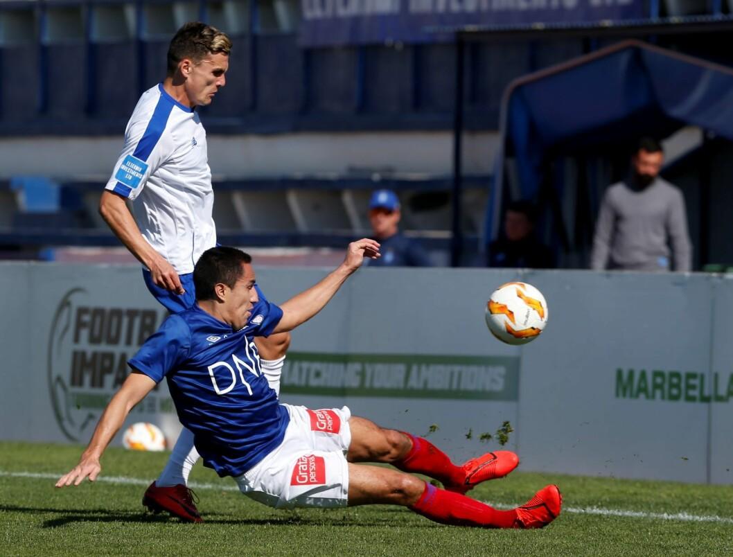 Efrain Juárez spiller for VIF i duell med FC Dinamo Kiev-spiller i treningskamp i fotball på Stadium Marbella. Foto: Jan Kåre Ness / NTB scanpix