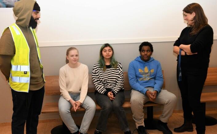 Jordal-Elevene Agnes (t.h), Mona og Abdi mener miljøet på skolen er godt. Det same gjør miljøarbeider Hussain Raza og sosiallærer Elin Kjelsaas Rogndokken. Foto: Christian Boger