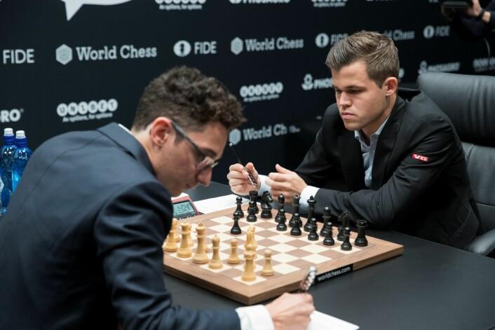 Regjerende verdensmester i sjakk Magnus Carlsen og utfordrer Fabiano Caruana under sjakk-VM i London i 2018. Foto: Terje Bendiksby / NTB scanpix
