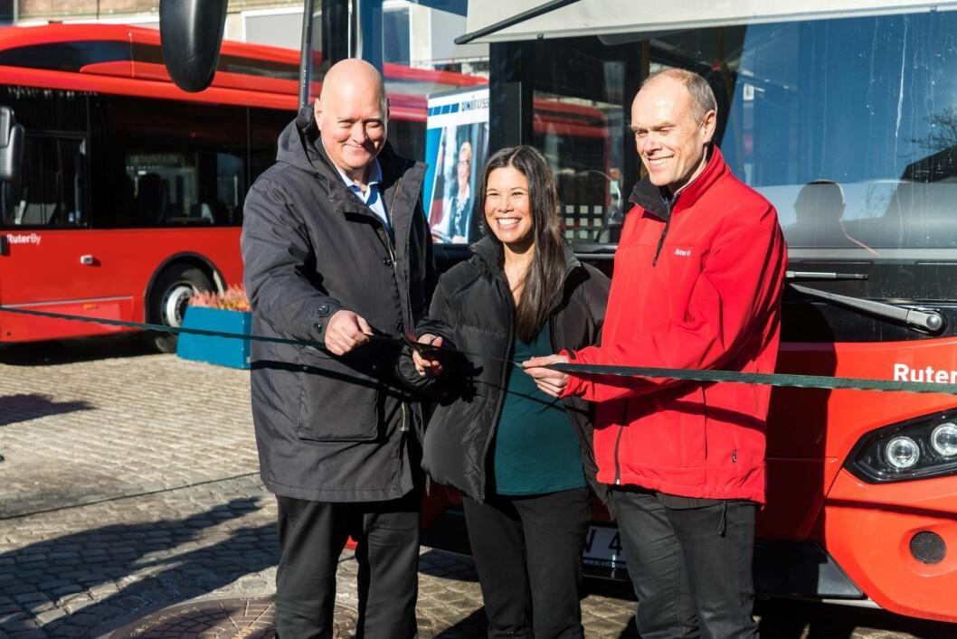 Klipp: Administrerende direktør i Unibuss Øystein Svendsen, byråd for miljø og samferdsel Lan Marie Nguyen Berg og plandirektør i Ruter, Snorre Lægran, ønsket de første elbussene velkommen til miljøhovedstaden. Foto: Unibuss