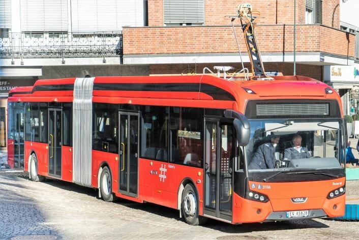 De fremmøtte fikk muligheten til en omvisning inne i de nye elbussene. Foto: Unibuss