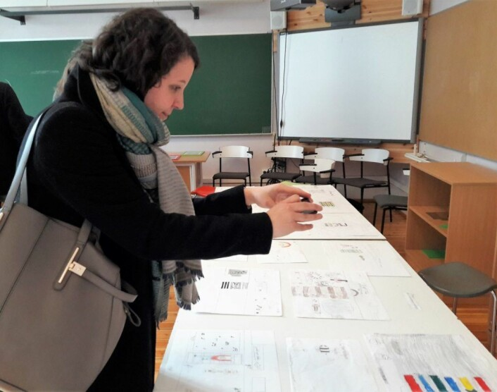 Miriam Abildsnes sikret seg bilder av elevenes tegninger for å ha med tilbake til utdanningsetaten. Foto: Anders Høilund