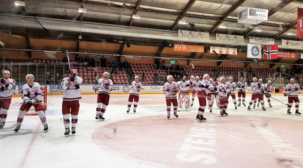Vålerenga-spillerne kunne juble over et nytt seriemesterskap i ishockey søndag kveld. Foto: Christian Boger