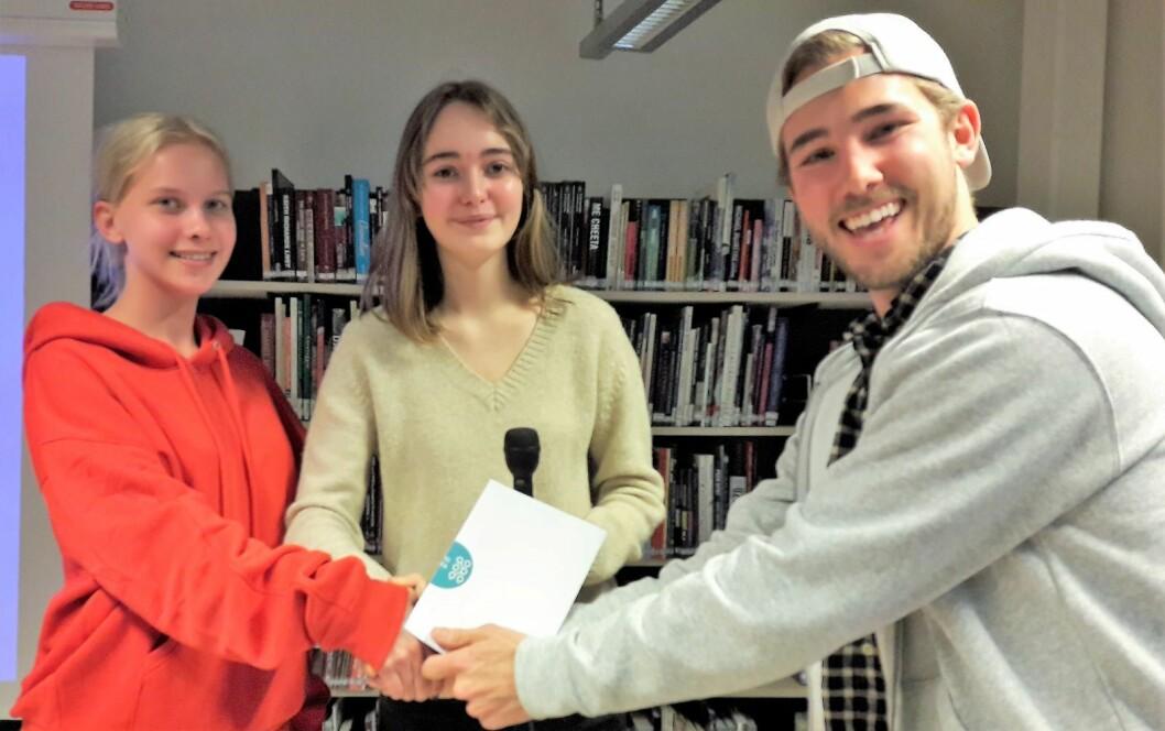 Leah Kristoffersen Larsen og Julia Sørgaard deler ut premien for beste pitch til The Ocean Bottles William Pearson