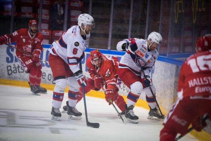 Vålerengas Jonas Oppøyen (t.h) i duell med en Stjernen spiller under eliteseriekampen i ishockey mellom Stjernen og Vålerenga i Stjernehallen i Fredrikstad. Foto: Trond Reidar Teigen / NTB scanpix