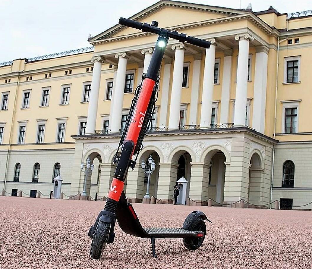 Svenske Voi brukte Slottet som bakgrunn da selskapet sparket igang sin lansering av de elektriske delings-scooterne i Oslo mandag. Foto: Voi