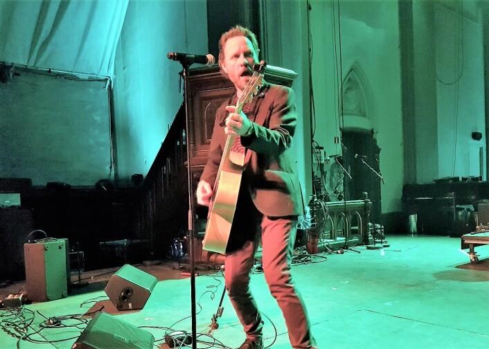 Magnus Grønneberg, både soloartist og frontmann i CC Cowboys, hadde publikum i sin hule hånd under BRYLARM. Foto: André Kjernsli