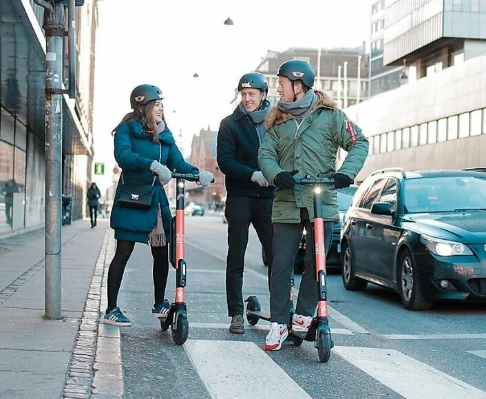 Svenske Voi har elektriske delings-scootere i flere europeiske byer. Men både i København og Paris har de miljøvennlige doningene skapt debatt. Foto: Voi
