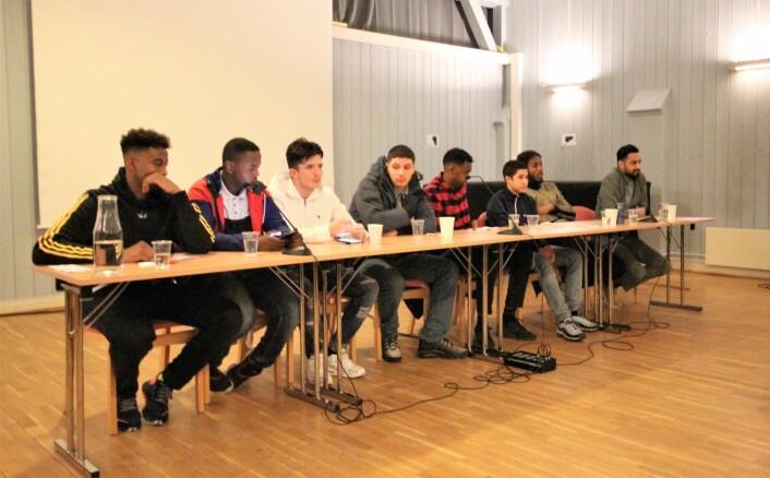 Fra venstre: Zakariya Rashid, Said, Semir, Wasim, Khalid Abdilahi, Souhaib, Bashir Ali Rashid, og Omar Syed Gilani (prosjektleder i Samarbeid for inkluderende dialog). Foto: André Kjernsli