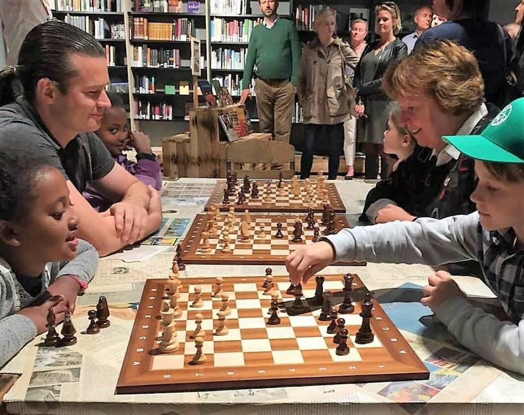 Hver tirsdag ettermiddag spiller skoleelever sjakk på Tøyen bibliotek. MDGs medlem av bydelsutvalget i Gamle Oslo, Viktor Gjengaar, spiller sjakk mot ordfører Marianne Borgen (SV). Foto: Privat