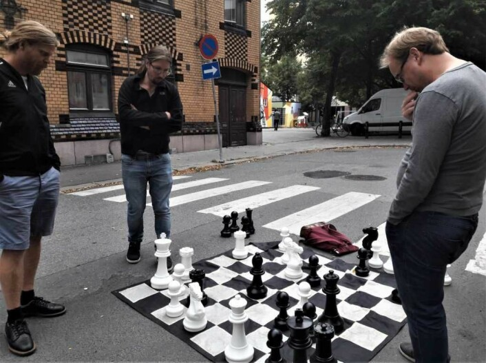 Det er noe med sjakkbrikker som gjør at folk kan stirre på dem med en alvorlig mine i evigheter. Her fra et gatesjakkparti i Urtegata i bydel Gamle Oslo. Foto: Anders Høilund