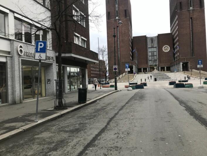 Byrådet ville opprinnelig ikke ha handikapp-parkering i Roald Amundsens gate. Men bystyreflertallet ville det annerledes. Nå er skiltingen på plass, men merkingen er ikke gjort. Foto: Camilla Wilhelmsen