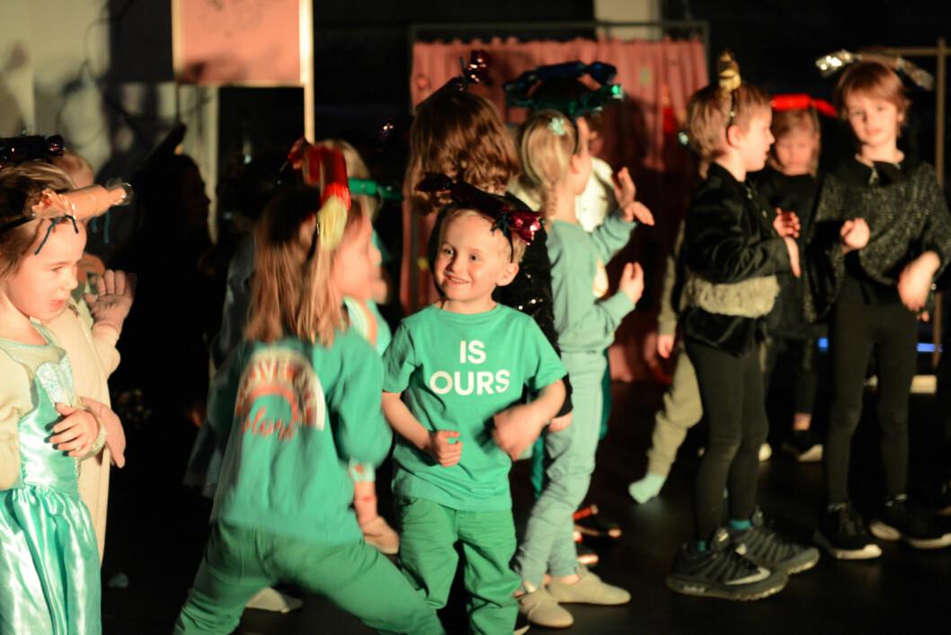 Alle skuespillerne er med og synger og danser på avslutningsnummeret. Foto: Morten Lauveng Jørgensen