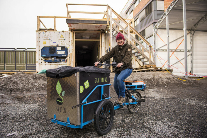 Siri Mittet reiser rundt på sykkelen sin og samler inn gruten til produksjon av sopp og såpe. Foto: Morten Lauveng Jørgensen