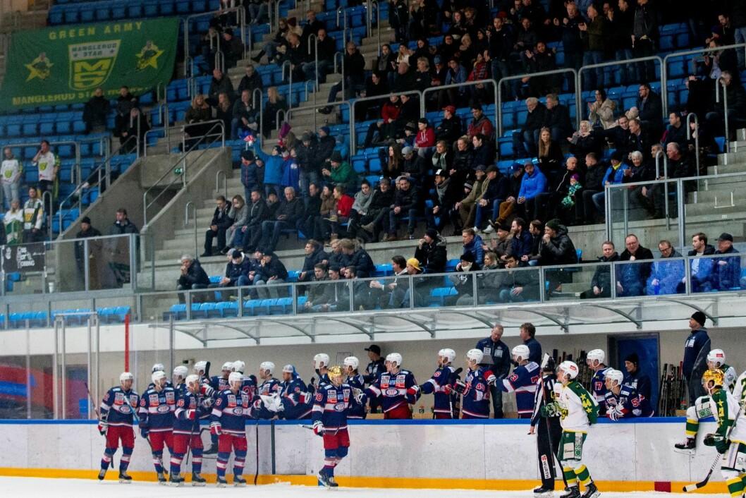 Vålerenga jubler for 5-1 under eliteseriekampen i ishockey mellom Vålerenga og Manglerud i Furuset Forum torsdag kveld. Foto: Fredrik Hagen / NTB scanpix