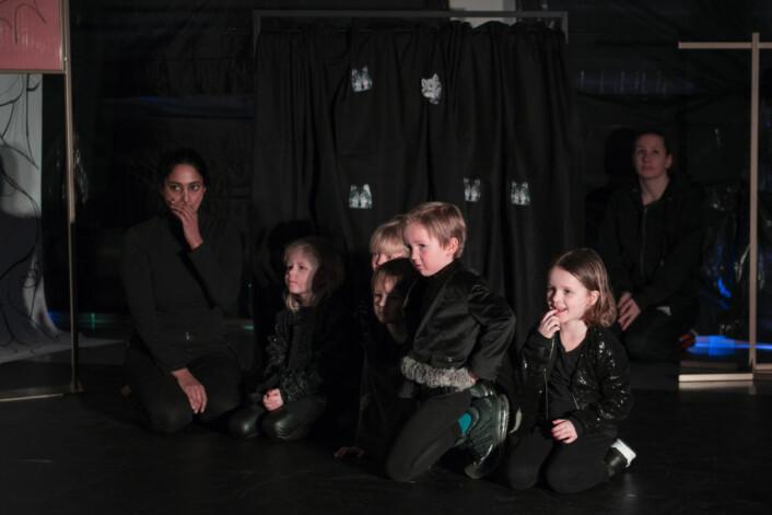 Ulver i barneklær, men med store sko. Kjempeflinke til å passe på Godteriland. Foto: Morten Lauveng Jørgensen