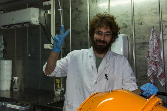 Renslighet er viktig. KonradSachman er kledd i hvit laboratoriefrakk. Foto: Morten Lauveng Jørgensen