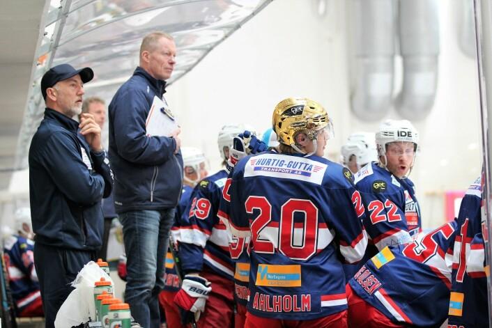 Hovedtrener Roy Johansen og fysio Jon Aase følger nøye med. Foto: André Kjernsli