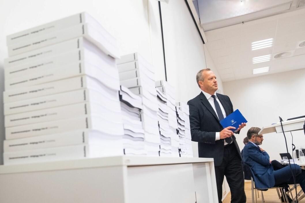 Styreleder Stig L. Bech omtaler granskingsrapporten om Boligbyggs eiendomstransaksjoner. Deloittes Thorvald Nyquist i bakgrunnen. Foto: Håkon Mosvold Larsen / NTB scanpix