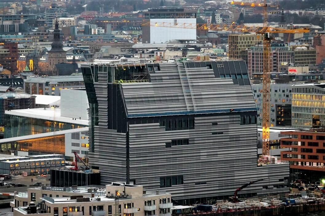 Det nye Munch-museet bak Operaen i Bjørvika i Oslo sett fra Ekeberg restauranten i november kulda. Foto: Heiko Junge / NTB scanpix