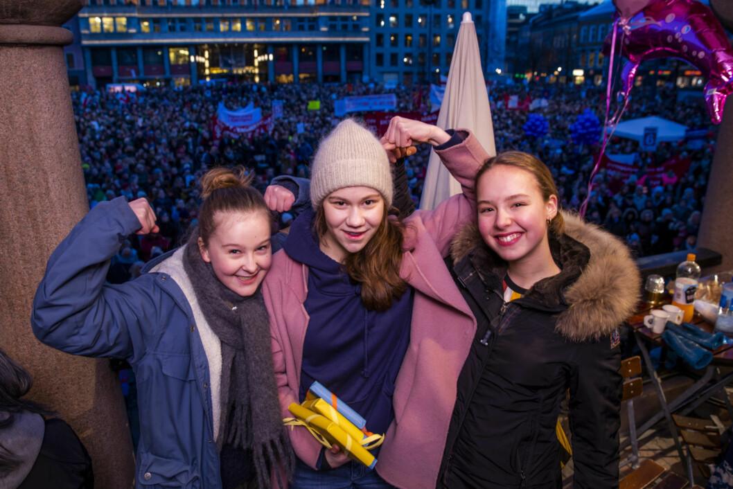 Ellisiv Aure, Ea Othilde Baklund og Ella Fyhn var blant appellantene under markeringen av den internasjonale kvinnedagen på Youngstorget fredag. Foto: Håkon Mosvold Larsen / NTB scanpix