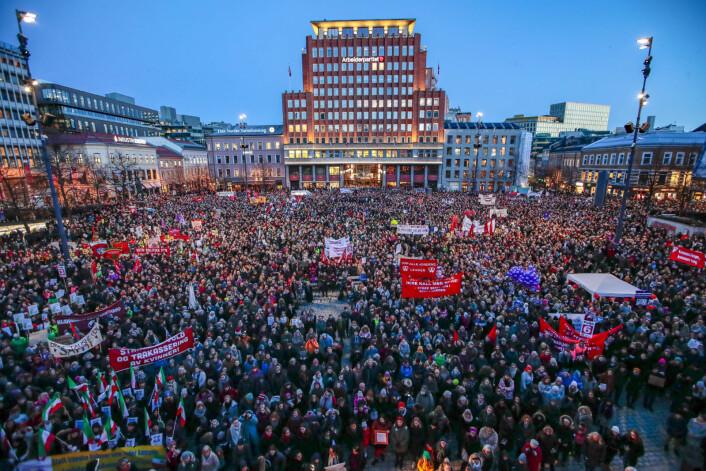 Ifølge politiet deltok over 10.000 under markeringen av den internasjonale kvinnedagen på Youngstorget i Oslo. Arrangørens tellekorps oppgir antallet til 14.000 personer. Foto: Håkon Mosvold Larsen / NTB scanpix