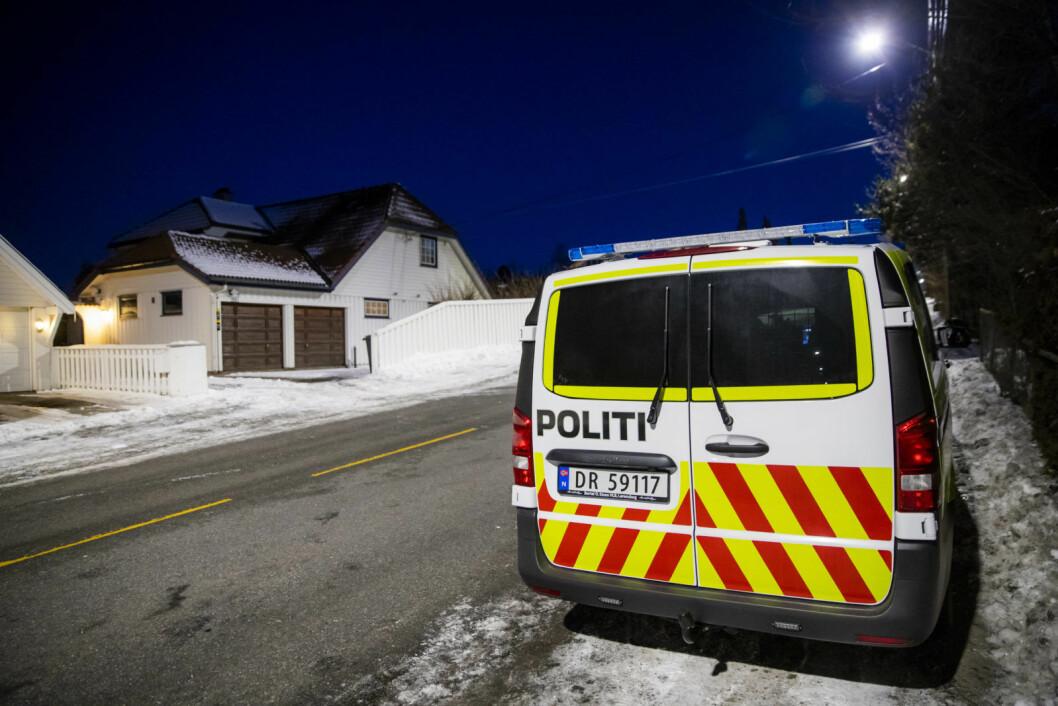 Politiet holder oppsyn med boligen til justisminister Tor Mikkel Wara etter at en bil som tilhører familien skal ha blitt påtent natt til søndag. Foto: Håkon Mosvold Larsen / NTB scanpix